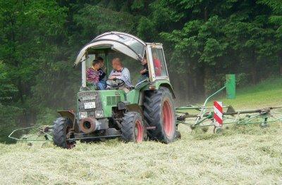 Familien und Kinderbauernhof in Bayern - Traktor mitfahren bei der Heu Ernte