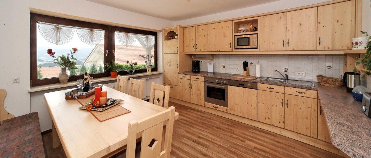Familienurlaub im Ferienhaus Achatz Max in Kaikenried bei Teisnach und Bodenmais große Küche mit Holzmöbeln