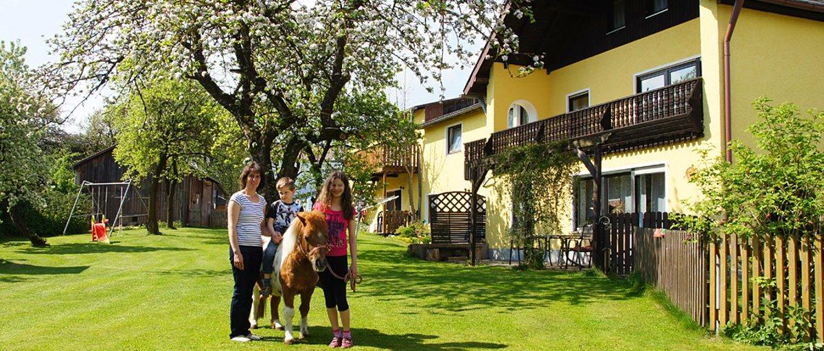Kinder Bauernhof mit vielen Tieren, Ponys zum Reiten, Schwimmteich im Garten und eigenem Angelweiher