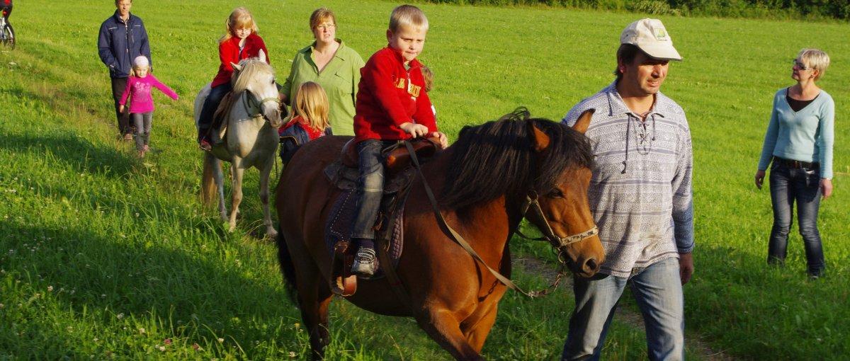Ponyreiten am Bauernhof bei Bodenmais Teisnach im Bayerischen Wald