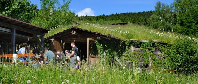 pröller-wilderer-erdhütte-location-zum-feiern-bayerischer-wald-abenteuerurlaub