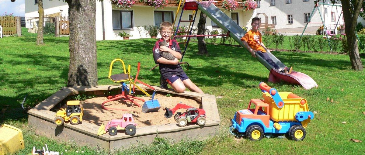Kinderspielplatz am Bauernhof in Walderbach bei Roding in der Oberpfalz