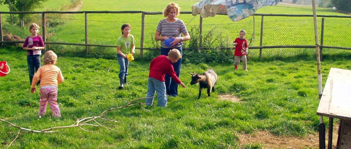 Ferienwohnung Schamberger am Zettlinger Berg in Hohenwarth Kinder spielen mit Ziege